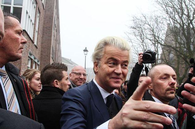 Geert_geeft_mensen_een_hand_Spijkenisse